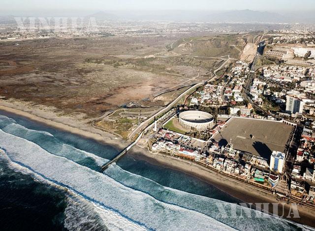 အမေရိကန်နိုင်ငံနှင့် မက္ကဆီကိုနိုင်ငံ နယ်စပ်တံတိုင်းအား မက္ကဆီကိုနိုင်ငံ Tijuana မြို့မှ ဝေဟင်မှတစ်ဆင့် မြင်တွေ့ရစဉ် (ဆင်ဟွာ)