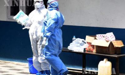 အိန္ဒိယနိုင်ငံ၊ ကီရာလာပြည်နယ်၊ ကိုချီမြို့တွင်ရှိသော အထူးသီးသန့်ခွဲခြားကုသဆောင် ပြင်ပတွင် အကာအကွယ်ဝတ်စုံများ ဝတ်ဆင်ထားသည့် ကျန်းမာရေးဝန်ထမ်းများအား တွေ့ရစဉ် (ဆင်ဟွာ)