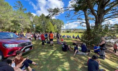 နယူးဇီလန်နိုင်ငံ Whangarei မြို့ရှိ ကုန်းမြေမြင့်ပေါ်တွင် လူအများစုဝေးနေကြသည်ကို မတ် ၅ ရက်က တွေ့ရစဉ် (ဓာတ်ပုံ- Skykiwi/Handout via Xinhua)