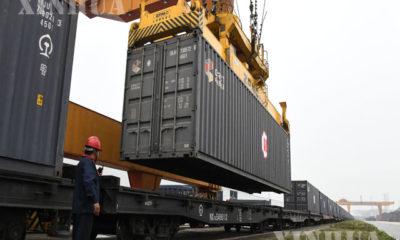 တရုတ်နိုင်ငံ နန်နင်း နိုင်ငံတကာ ကုန်တင်ကုန်ချရထားဘူတာကြီးတွင် သယ်ယူပို့ဆောင်မည့်ကွန်တိန်နာများကို စက်များဖြင့် တရုတ်-ဥရောပရထားပေါ်သို့ တင်ဆောင်ပေးနေသည်ကို မတ် ၁၂ ရက်က တွေ့ရစဉ် (ဆင်ဟွာ)
