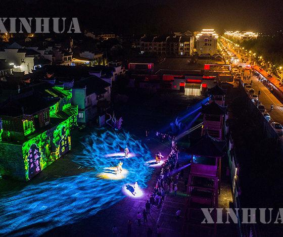 တရုတ်နိုင်ငံ ကျဲ့ကျန်းပြည်နယ် ဟန်ကျိုးမြို့ လျင်းအန်းဒေသ ဟဲချောင်ရှေးဟောင်းမြို့လေး၏ ညအလှမြင်ကွင်းများအား ဧပြီ ၁၇ ရက်က တွေ့ရစဉ် (ဆင်ဟွာ)