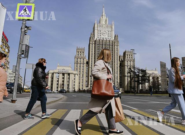 မော်စကိုမြို့ရှိ ရုရှားနိုင်ငံခြားရေးဝန်ကြီးဌာနရုံးချုပ်ရှေ့တွင် ဧပြီ ၁၆ ရက်က ပြည်သူများ ဖြတ်သန်းသွားလာနေစဉ်(ဆင်ဟွာ)