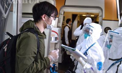 တရုတ်နိုင်ငံ ပေကျင်းမြို့ရှိ အပြည်ပြည်ဆိုင်ရာလေဆိပ်၌ ပြည်တွင်းခရီးသွား တစ်ဦးထံမှ အချက်အလက်များအား တာဝန်ရှိသူများက မေးမြန်းရယူနေသည်ကို တွေ့ရစဉ်(ဆင်ဟွာ)