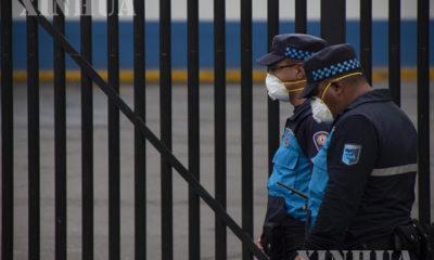 အီကွေဒေါနိုင်ငံ ကွီတိုမြို့ရှိ ဆေးရုံတစ်ရုံအနီး နှာခေါင်းစည်းတပ်ဆင်ထားသော လုံခြုံရေးတပ်ဖွဲ့ဝင်များအား တွေ့ရစဉ် (ဆင်ဟွာ)