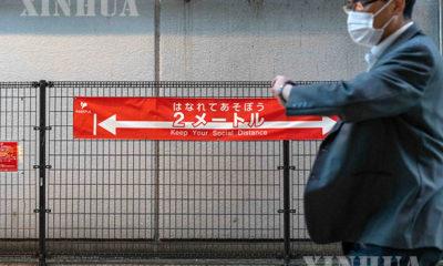 ဂျပန်နိုင်ငံ တိုကျိုမြို့တွင် နှာခေါင်းစည်းတပ်၍ သွားလာနေသူတစ်ဦးအား မြင်တွေ့ရစဉ်(ဆင်ဟွာ)