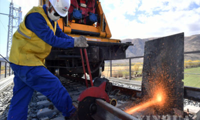 တရုတ်နိုင်ငံ စီချွမ်း-တိဗက် ရထားလမ်း၏ လားဆ-လျင်ကျီး လမ်းအပိုင်းတွင် China Railwayကုမ္ပဏီမှ ဝန်ထမ်းတစ်ဦးက ရထားသံလမ်းဂဟေဆက်နေသည်ကို ၂၀၂၀ ပြည့်နှစ် ဧပြီ ၁၆ ရက်က တွေ့ရစဉ်(ဆင်ဟွာ)