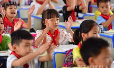 တရုတ်နိုင်ငံ တောင်ပိုင်း ကွမ်ရှီးကျွမ့် ကိုယ်ပိုင် အုပ်ချုပ်ခွင့်ရဒေသရှိ မူလတန်းကျောင်းတစ်ကျောင်းတွင် တက်ရောက်သင်ကြားနေသော ကျောင်းသား/သူများအား ၂၀၂၀ ပြည့်နှစ် နိုဝင်ဘာလအတွင်းက တွေ့ရစဉ်(ဆင်ဟွာ)