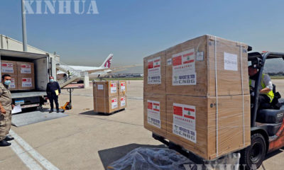 လက်ဘနွန်နိုင်ငံ ဘေရွတ်မြို့ရှိ Rafic Hariri အပြည်ပြည်ဆိုင်ရာ လေဆိပ်သို့ ရောက်ရှိလာသော တရုတ်နိုင်ငံမှ လှူဒါန်းသည့် ကာကွယ်ဆေးများအား သယ်ယူနေစဉ်(ဆင်ဟွာ)