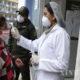 ဘိုလီးဗီးယားနိုင်ငံ လာပါဇ်မြို့ရှိ Hospital del Torax ဆေးရုံအတွင်း ဝင်ရောက်မည့် အမျိုးသမီးတစ်ဦးအား သူနာပြုတစ်ဦးက ကိုယ်အပူချိန်တိုင်းတာနေသည်ကိုတွေ့ရစဉ် (ဆင်ဟွာ)