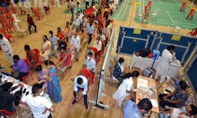အိန္ဒိယနိုင်ငံ ဂူဝါဟာတီမြို့ရှိ အားကစားရုံတစ်ခုတွင် COVID-19 ကာကွယ်ဆေး ထိုးနှံရန်အတွက် လူအများစီတန်းနေကြသည်ကို တွေ့ရစဉ် (ဆင်ဟွာ)