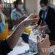 ချီလီနိုင်ငံ ဆန်တီရာဂိုမြို့ရှိ ကာကွယ်ဆေးထိုးနှံပေးသည့်နေရာတစ်နေရာတွင် COVID-19 ကာကွယ်ဆေးထိုးနှံပေးရန် ပြင်ဆင်နေသည့် သူနာပြုတစ်ဦးကို တွေ့ရစဉ် (ဆင်ဟွာ)