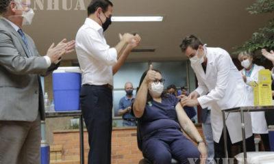 အသက် ၄၉ နှစ်အရွယ်ရှိ သူနာပြု Liane Tinoco သည် ဘရာဇီးနိုင်ငံ မြူနီစီပယ်ဒေသ ကမ်ပီနက်စ်၌ တရုတ်နိုင်ငံထုတ် COVID-19 ကာကွယ်ဆေး ထိုးနှံမှုခံယူနေစဉ် (ဆင်ဟွာ)