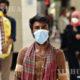 ဘင်္ဂလားဒေ့ရှ်နိုင်ငံ ဒါကာမြို့ရှိ ဘူတာအနီးတွင် နှာခေါင်းစည်းတပ်ဆင်၍ လမ်းလျှောက်နေသူကို တွေ့ရစဉ် (ဆင်ဟွာ)