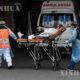ကျန်းမာရေးဝန်ထမ်းများက COVID-19 လူနာအား ချီလီနိုင်ငံ ဆန်တီယာဂိုမြို့ရှိ San Jose ဆေးရုံသို့ သယ်ဆောင်လာစဉ် (ဆင်ဟွာ)