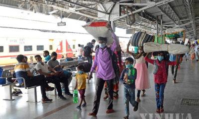 အိန္ဒိယနိုင်ငံ ဘင်ဂလောမြို့ရထားဘူတာရုံ၌ ခရီးသွားများအား ဧပြီ ၂၀ ရက်ကတွေ့ရစဉ် (ဆင်ဟွာ)