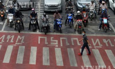 ထိုင်းနိုင်ငံ ဘန်ကောက်မြို့ရှိ လမ်းပေါ်တွင် နှာခေါင်းစည်း တပ်ဆင်၍ ဖြတ်သန်းသွားလာသူ တစ်ဦးအား တွေ့ရစဉ်(ဆင်ဟွာ)