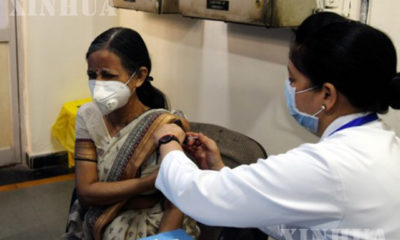 အိန္ဒိယနိုင်ငံ နယူးဒေလီမြို့ရှိ အစိုးရဆေးရုံတစ်ခု၌ အမျိုးသမီးတစ်ဦး COVID-19 ကာကွယ်ဆေး ထိုးနှံမှု ခံယူနေစဉ်(ဆင်ဟွာ)