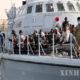 လစ်ဗျားနိုင်ငံ ထရီပိုလီမြို့တွင် လစ်ဗျားကမ်းခြေစောင့်တပ်ဖွဲ့၏ သင်္ဘောကုန်းပတ်ပေါ်၌ တရားမဝင်ရွှေ့ပြောင်းသွားလာသူများအား ဧပြီ ၂၉ ရက်က တွေ့ရစဉ် (ဆင်ဟွာ)