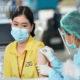 ထိုင်းနိုင်ငံ ဘန်ကောက်မြို့၌ တရုတ်ဆေးဝါးကုမ္ပဏီ Sinovac မှ ထုတ်လုပ်ထားသော COVID-19 ကာကွယ်ဆေး ထိုးနှံမှုခံယူနေသော အမျိုးသမီးတစ်ဦးအား တွေ့ရစဉ် (ဆင်ဟွာ)