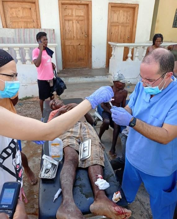 ဟေတီနိုင်ငံတွင် ဩဂုတ် ၁၄ ရက်က ပြင်းအား ၇.၂ အဆင့်ရှိ ငလျင်လှုပ်ခတ်ပြီးနောက် ဒဏ်ရာရသူများအားဆေးကုသပေးနေစဉ်(ဆင်ဟွာ)